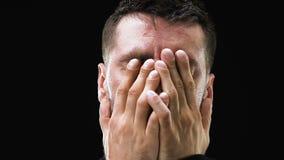 Δυστυχισμένο κλείνοντας πρόσωπο ατόμων με τα χέρια στο σκοτεινό κλίμα, αίσθημα της θλίψης απόθεμα βίντεο