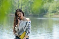 Δυστυχισμένο κορίτσι με το κινητό τηλέφωνο Στοκ εικόνες με δικαίωμα ελεύθερης χρήσης