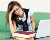Δυστυχισμένο κορίτσι πίσω από το lap-top της Στοκ φωτογραφία με δικαίωμα ελεύθερης χρήσης