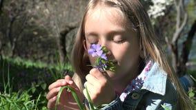 Δυστυχισμένο λυπημένο παιδί υπαίθριο στο πάρκο, στοχαστικό πρόσωπο κοριτσιών, πορτρέτο στη χλόη 4K απόθεμα βίντεο