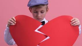 Δυστυχισμένο νέο αγόρι που προσπαθεί να καθορίσει τη σπασμένη καρδιά, απλήρωτη αγάπη, απογοήτευση απόθεμα βίντεο