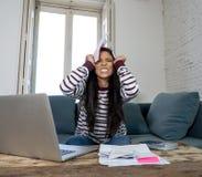 Δυστυχισμένο νέο θηλυκό σε δαπάνες και τις πληρωμές εγγράφων τραπεζών λογαριασμών χρέους τραπεζικών εργασιών και λογιστικής πίεση στοκ φωτογραφία