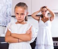 Δυστυχισμένο να υποστηρίξει κοριτσιών και μητέρων Στοκ Εικόνες