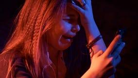 Δυστυχισμένο λυπημένο έφηβη τη νύχτα με την τηλεφωνική ανάγνωση sms Ιδιαίτερα εκφραστικός απόθεμα βίντεο