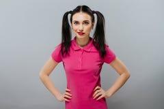 Δυστυχισμένο όμορφο brunette σύγχυσης σκέψης αστείο Στοκ Φωτογραφία