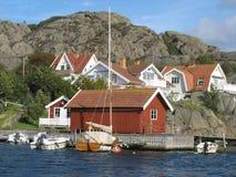 Δυτική ακτή της Σουηδίας - χαρακτηριστικά σουηδικά σπίτια θαλασσίως στοκ εικόνα με δικαίωμα ελεύθερης χρήσης