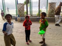 Δυτική Βεγγάλη, Ινδία 07 Δεκεμβρίου, 2017 - τα παιδιά συζητούν Στοκ Φωτογραφία