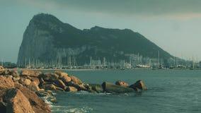 Δυτική πλευρά του βράχου του Γιβραλτάρ και ελλιμενισμένα sailboats στη μαρίνα φιλμ μικρού μήκους