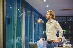 Δυτική στάση επιχειρησιακών ατόμων στην αρχή τη νύχτα Στοκ Φωτογραφία