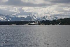 Δυτικός αντίχειρας που βλέπει από μακριά στη λίμνη Yellowstone στο εθνικό πάρκο Yellowstone Στοκ εικόνες με δικαίωμα ελεύθερης χρήσης