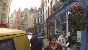 Δυτικό τόξο του Εδιμβούργου και οδός Βικτώριας με τα ζωηρόχρωμα καταστήματα στην παλαιά πόλη, Εδιμβούργο, Σκωτία φιλμ μικρού μήκους
