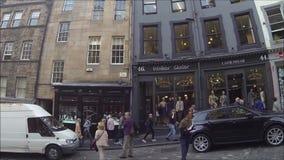 Δυτικό τόξο του Εδιμβούργου και οδός Βικτώριας με τα ζωηρόχρωμα καταστήματα στην παλαιά πόλη, Εδιμβούργο, Σκωτία απόθεμα βίντεο