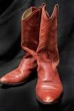Δυτικό ύφος κόκκινες μπότες Cowgirl/κάουμποϋ με ένα μαύρο υπόβαθρο Στοκ Φωτογραφίες
