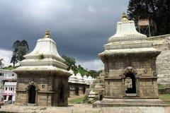 Δωδεκάδες ή εκατοντάδες των μικρών ναών πέρα από τον ποταμό Bagmati Pash στοκ εικόνες