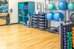 Δωμάτιο άσκησης ομάδας με τον εξοπλισμό workout Στοκ Φωτογραφίες
