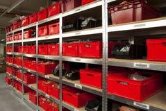 Δωμάτιο αποθήκευσης με τα κιβώτια και τα ράφια Στοκ Εικόνα