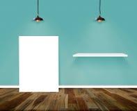 Δωμάτιο αφισών και ραφιών Τοίχος και ξύλινο εσωτερικό υπόβαθρο πατωμάτων Στοκ εικόνα με δικαίωμα ελεύθερης χρήσης