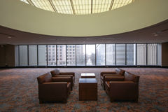 Δωμάτιο για τις εμπιστευτικές διαπραγματεύσεις με τους πίνακες και armch Στοκ Εικόνες