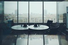 Δωμάτιο γραφείων για τη συνεδρίαση με τη εικονική παράσταση πόλης έξω Στοκ εικόνα με δικαίωμα ελεύθερης χρήσης
