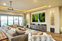Όμορφο δωμάτιο οικιακής ψυχαγωγίας με την οθόνη κινηματογράφων Στοκ Φωτογραφίες