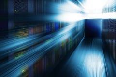 Δωμάτιο εξοπλισμού επικοινωνίας με το φωτισμό στο κέντρο δεδομένων με τη θαμπάδα και την κίνηση στοκ εικόνες