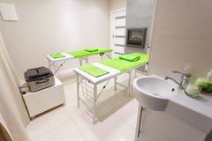 Δωμάτιο επεξεργασίας μασάζ στο υγιές σαλόνι SPA ομορφιάς Στοκ Εικόνες