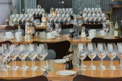 Δωμάτιο επιτραπέζιων γευμάτων γυαλιών πιάτων σύνθεσης Στοκ Εικόνες