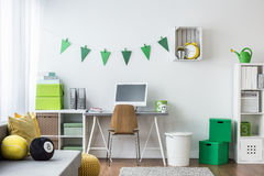 Δωμάτιο εφήβων με τις πράσινες διακοσμήσεις Στοκ Εικόνες