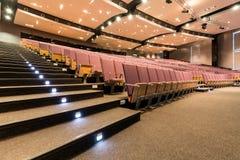 Δωμάτιο διάλεξης με τα φωτισμένα σκαλοπάτια Στοκ φωτογραφίες με δικαίωμα ελεύθερης χρήσης