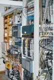 Δωμάτιο κεντρικών υπολογιστών με τοποθετημένους τους ράφι διακόπτες και την επικοινωνία δρομολογητών στοκ εικόνα με δικαίωμα ελεύθερης χρήσης