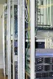 Δωμάτιο κεντρικών υπολογιστών με τοποθετημένους τους ράφι διακόπτες και την επικοινωνία δρομολογητών στοκ εικόνες με δικαίωμα ελεύθερης χρήσης
