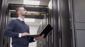 Δωμάτιο κεντρικών υπολογιστών στο διοικητή κέντρων δεδομένων και υποστήριξης με το lap-top απόθεμα βίντεο
