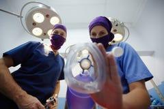 Δωμάτιο λειτουργίας με το ιατρικό προσωπικό κατά τη διάρκεια της χειρουργικής επέμβασης Στοκ φωτογραφία με δικαίωμα ελεύθερης χρήσης