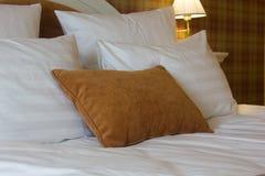 δωμάτιο μαξιλαριών ξενοδ&omi Άσπρος και καφετής Στοκ φωτογραφία με δικαίωμα ελεύθερης χρήσης