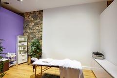 Δωμάτιο μασάζ με τον πίνακα μασάζ Στοκ εικόνα με δικαίωμα ελεύθερης χρήσης