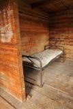Δωμάτιο με ένα πλαίσιο κρεβατιών μετάλλων και ένα παλαιό στρώμα Στοκ εικόνα με δικαίωμα ελεύθερης χρήσης