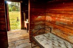 Δωμάτιο με ένα πλαίσιο κρεβατιών μετάλλων και ένα παλαιό στρώμα Στοκ φωτογραφία με δικαίωμα ελεύθερης χρήσης