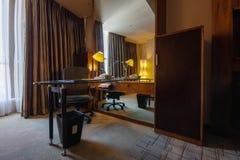 Δωμάτιο μελέτης με το γράψιμο της πολυθρόνας και του καθρέφτη γραφείων Στοκ Φωτογραφίες