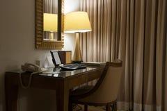 Δωμάτιο μελέτης με το γράψιμο του γραφείου και της πολυθρόνας Στοκ εικόνες με δικαίωμα ελεύθερης χρήσης