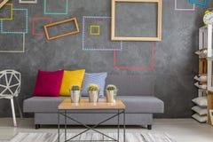 Δωμάτιο με τα διακοσμητικά τετράγωνα τοίχων στοκ φωτογραφία με δικαίωμα ελεύθερης χρήσης
