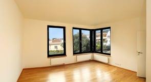 Δωμάτιο με τα παράθυρα γωνιών Στοκ φωτογραφία με δικαίωμα ελεύθερης χρήσης