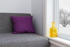 Δωμάτιο με τη φωτεινή άποψη ντεκόρ και χειμώνα στοκ φωτογραφίες με δικαίωμα ελεύθερης χρήσης