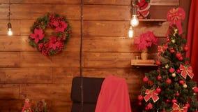 Δωμάτιο με τις πανέμορφες κόκκινες διακοσμήσεις Χριστουγέννων απόθεμα βίντεο