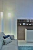 Δωμάτιο με τον γκρίζο καναπέ και έναν καφετή φραγμό Στοκ εικόνες με δικαίωμα ελεύθερης χρήσης