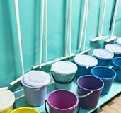 Δωμάτιο με τον καθαρισμό των εργαλείων, κάδοι, σφουγγαρίστρες εσωτερικές στοκ εικόνα