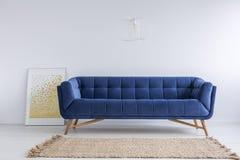 Δωμάτιο με τον καναπέ και την κουβέρτα στοκ φωτογραφία