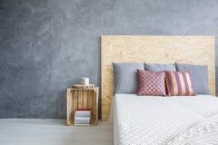 Δωμάτιο με το eco, κρεβάτι OSB στοκ εικόνες