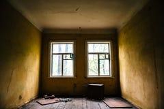 Δωμάτιο με δύο παράθυρα στο εγκαταλειμμένο σπίτι Στοκ Εικόνες