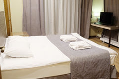 Δωμάτιο μοτέλ με το κρεβάτι βασίλισσα-μεγέθους στοκ φωτογραφία με δικαίωμα ελεύθερης χρήσης