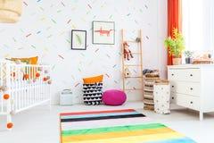 Δωμάτιο μωρών με το λευκό κομμό Στοκ Εικόνες